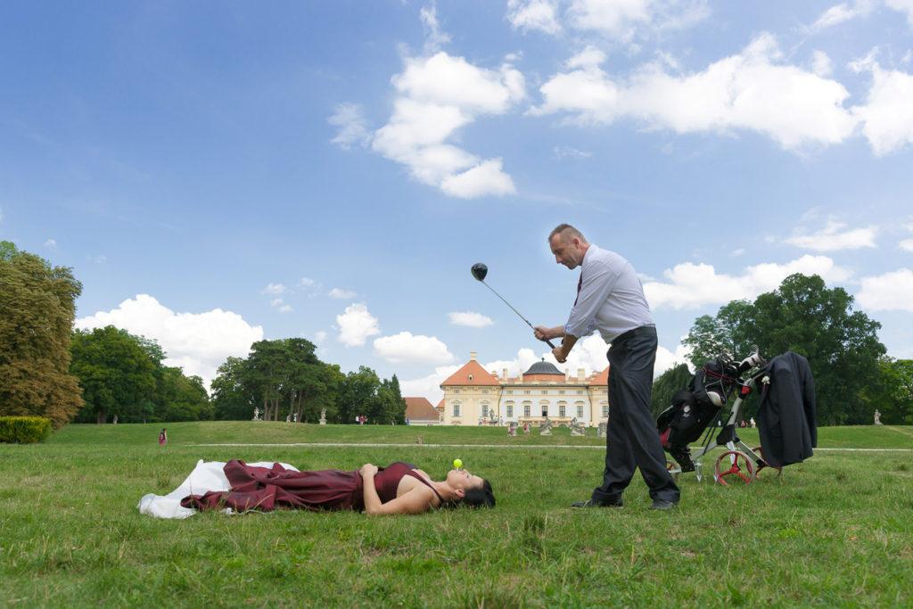 Novomanžel se chopil golfové hole jako první